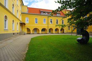 1024px-klagenfurt_harbach_kloster_diakonie_innenhof_0206209_37
